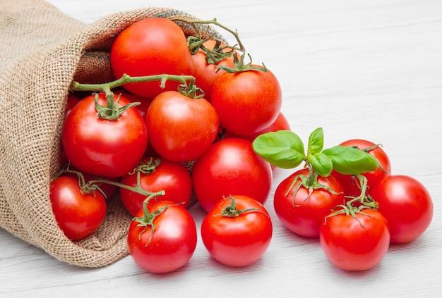 빨간 체리 토마토가 가득한 캔버스 자루