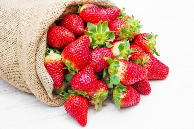 빨간 딸기가 가득한 캔버스 자루