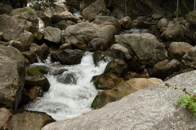Каньон и водопады в горах аланьи, турции, сападере. красивое путешествие в летнюю прохладу в жаркий день.