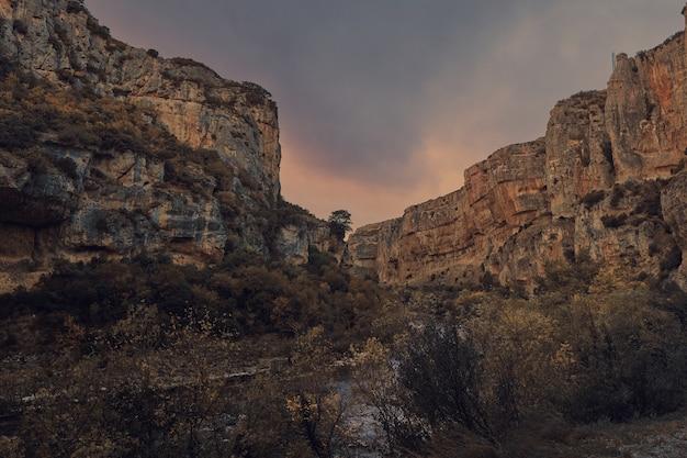 日没時に川が渡った峡谷