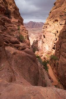 Каньон в пустынных горах иордании в петре