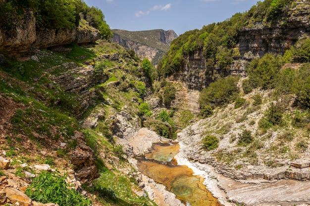 アルバニアの山の川の峡谷 Premium写真