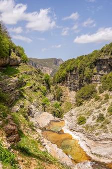 アルバニアの山の川の峡谷
