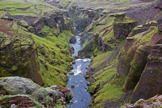 아이슬란드의 강에 녹색 이끼와 협곡
