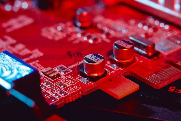 Конденсаторы на плате компьютера крупным планом