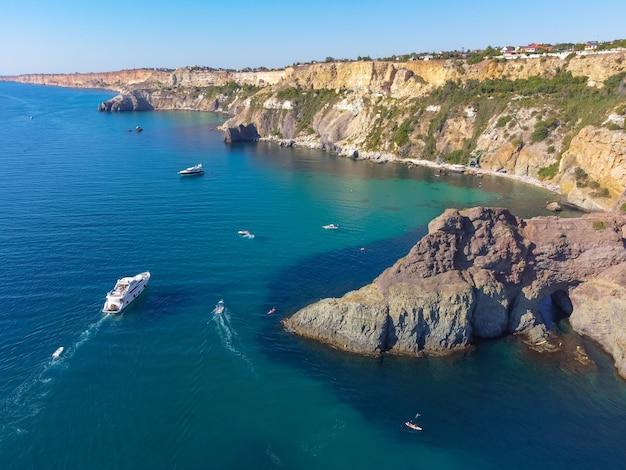 Мыс фиолент. прекрасные виды на побережье черного моря с мыса фиолент летом в ясную погоду. вид с воздуха на красивое морское побережье с бирюзовой водой и скалами