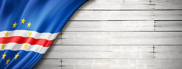 Флаг кабо-верде на старой белой стене. горизонтальный панорамный баннер.