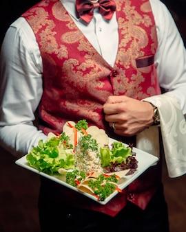 Столичный салат в тарелке