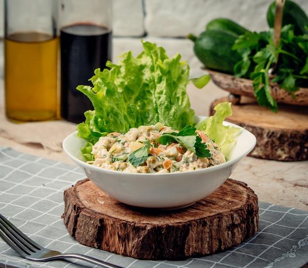 Столичный салат на деревянной доске Бесплатные Фотографии