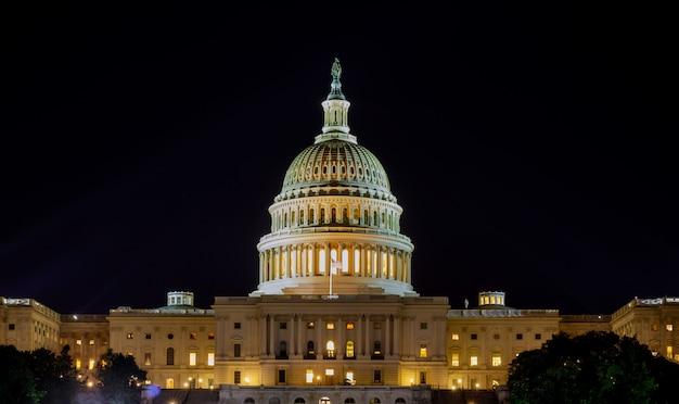 夜にライトアップされたドームのあるアメリカ合衆国議会議事堂