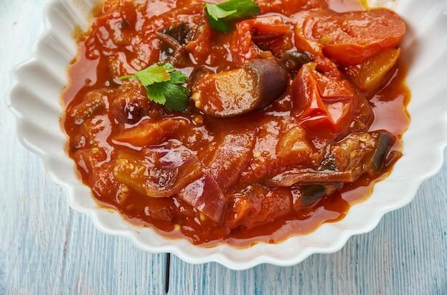 Капоната - сицилийское блюдо из баклажанов, состоящее из приготовленного овощного салата из нарезанных обжаренных баклажанов и сельдерея, заправленного подслащенным уксусом, с каперсами в кисло-сладком соусе.