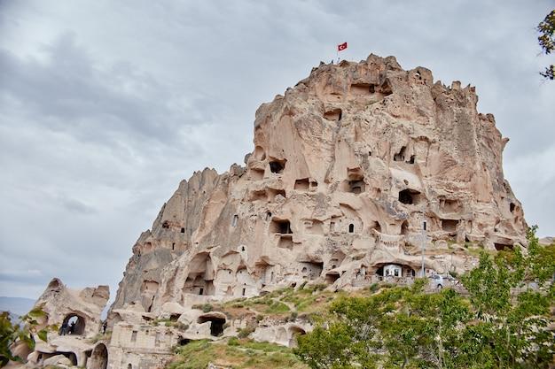 岩の中のカッパドキア地下都市、石の柱の旧市街。トルコ、カッパドキアギョレメの山々の素晴らしい風景