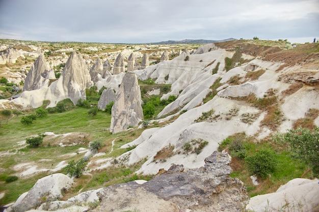 Подземный город каппадокии внутри скал, старый город каменных столбов. сказочные пейзажи гор каппадокии гереме, турция