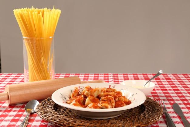 Каппеллетти 4 сыра с красным соусом.