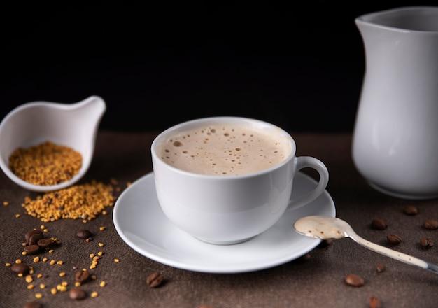 素朴なテーブルの上のカプチーノコーヒー