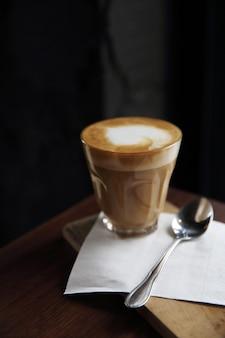 Кофе капучино на деревянном фоне