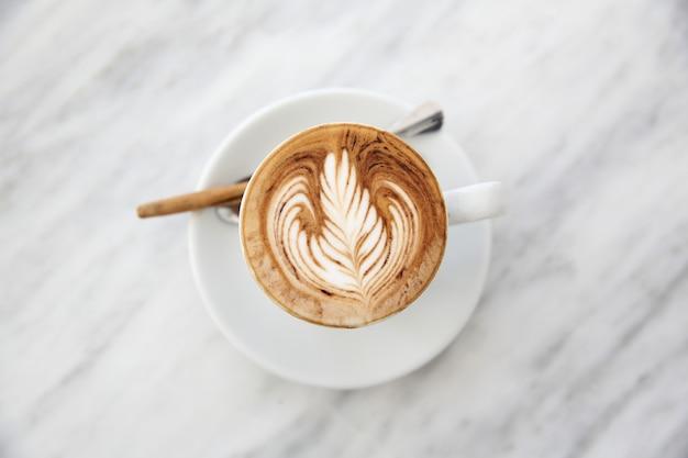 나무 배경에 카푸치노 커피
