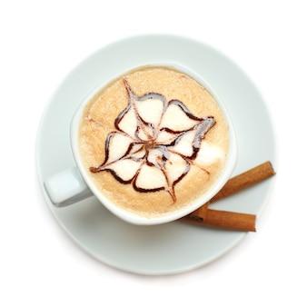 白に分離されたチョコレートソースのパターンとカプチーノコーヒー