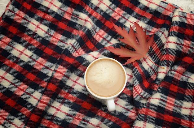 市松模様の格子縞のカプチーノ、秋の葉