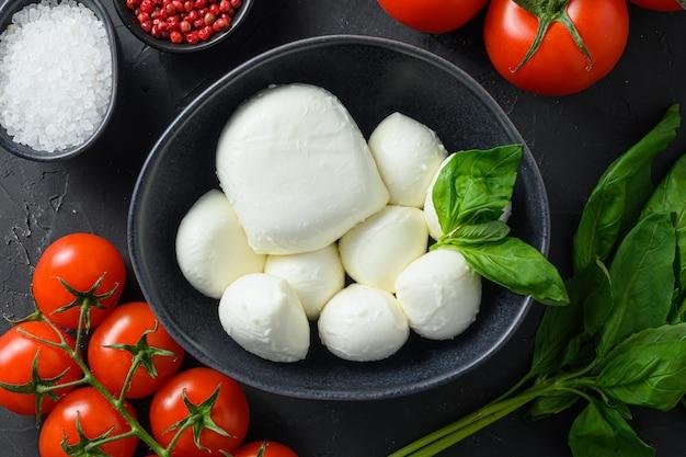 카프레제 샐러드 재료 모짜렐라 볼, 버팔로, 토마토, 바질 잎, 올리브 오일과 식초