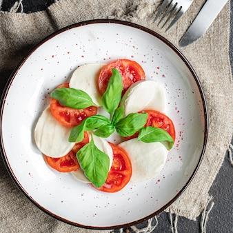 Капрезе салат сыр моцарелла помидор лист базилика итальянская закуска копия пространство еда фон деревенский