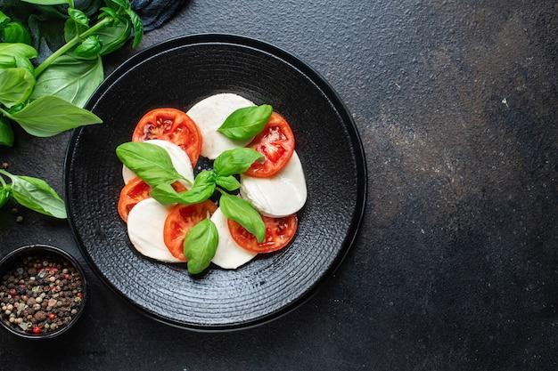 카프레제 샐러드 모짜렐라 치즈 토마토 바질 잎 이탈리아 스낵 복사 공간 음식 배경 소박한