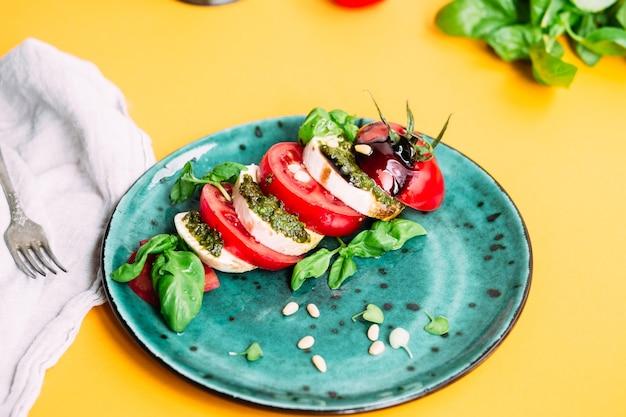 Салат капрезе помидоры моцарелла базилик песто бальзамический соус