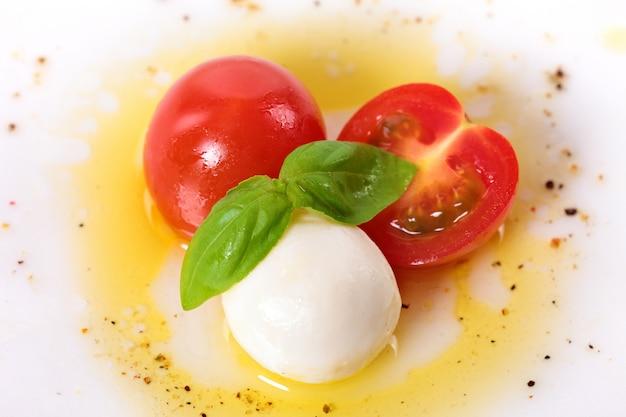 モッツァレラ・チェリー・トマトとバジルの葉を使ったカプリース・サラダ