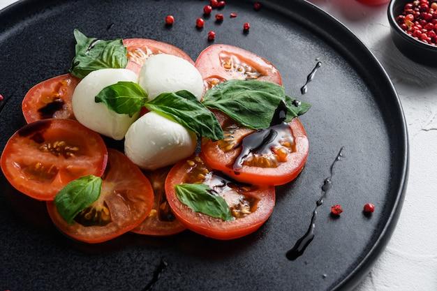 토마토와 모짜렐라 슬라이스를 곁들인 카프레제 샐러드 프리미엄 사진