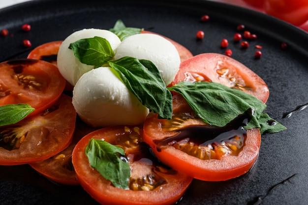 토마토와 모짜렐라 슬라이스를 곁들인 카프레제 샐러드