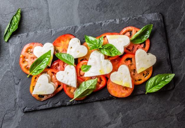 トマト、チーズのハート、バジルのカプレーゼサラダ