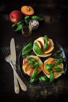 桃のカプレーゼサンド