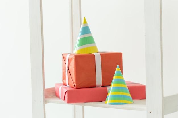 Шапки-шишки на день рождения и подарочная упаковка. концепция вечеринки по случаю дня рождения.