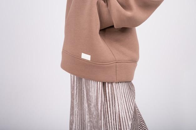 Капсульная концепция весеннего гардероба. женский костюм с пустой пустой этикеткой, логотипом. покупки без отходов.