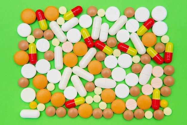 カプセルと錠剤は緑に分離