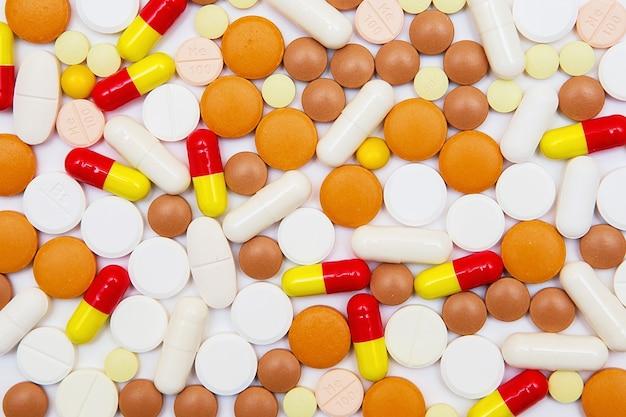 カプセルと錠剤は、白で隔離