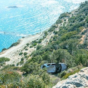 지중해에서 자동차 사고, 절벽에서 바다 해안으로 추락 한 자동차