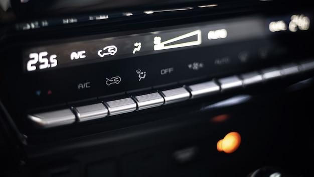 Цифровая приборная панель кондиционера автомобиля крупным планом до значка прохладно, горячая настройка в современных автомобильных технологиях, роскошный переключатель автомобиля, климатическое оборудование или контроль температуры во время транспортировки