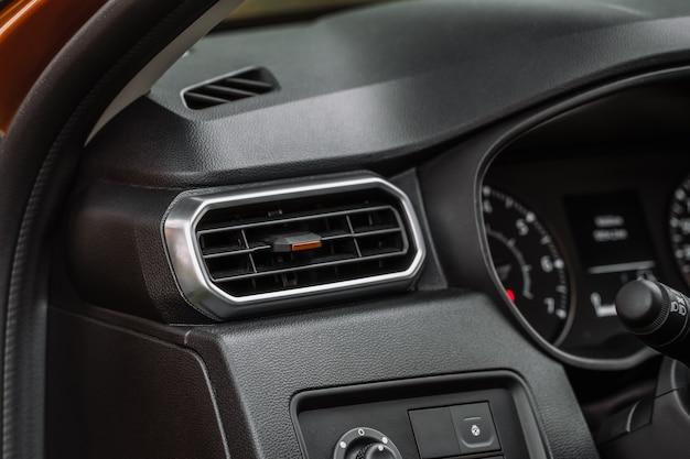 カーエアコンのクローズアップビュー。エアコンは車内を流れます。車のディテールインテリア。エアダクト。