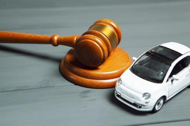 テーブルの上の車とハンマー