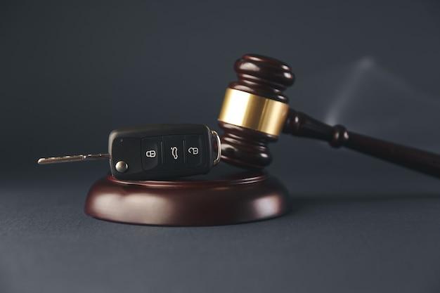 자동차 경매 개념-망치와 나무 책상에 자동차 키