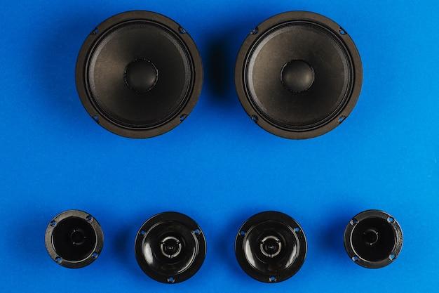 Автозвук автомобильные динамики черный сабвуфер на синем фоне