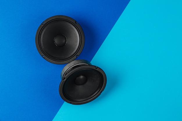 Автомобильная аудиосистема набор динамиков на синем фоне копией пространства