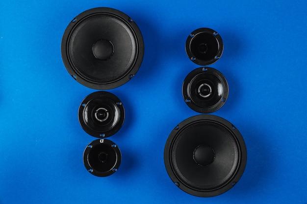 Автомобильная аудиосистема набор динамиков на синем фоне