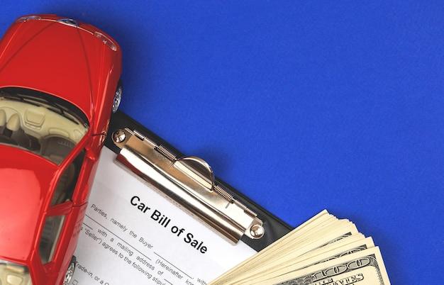 Форма договора купли-продажи автомобиля и контракт, покупка нового автомобиля концепции фон с официальными документами. фото на синем фоне