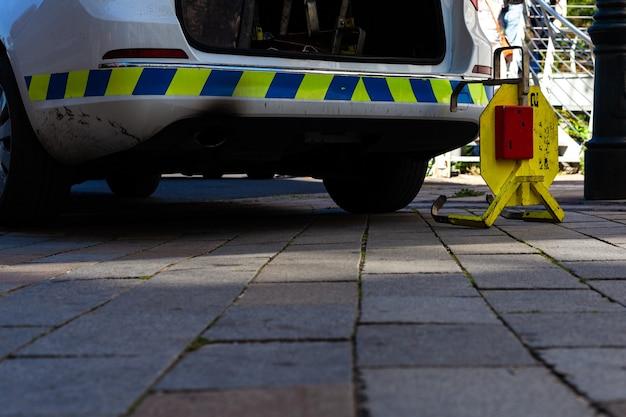 市内のパトカーの横にある車のトランク。
