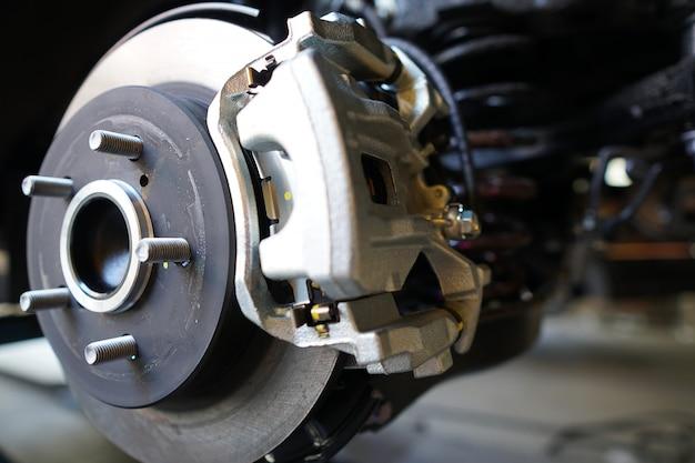 修理のための車のカーブレーキディスク。