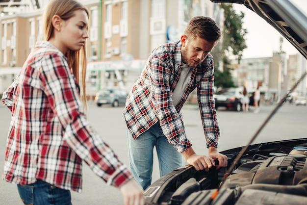 자동차 고장 개념, 오픈 후드에 대한 커플
