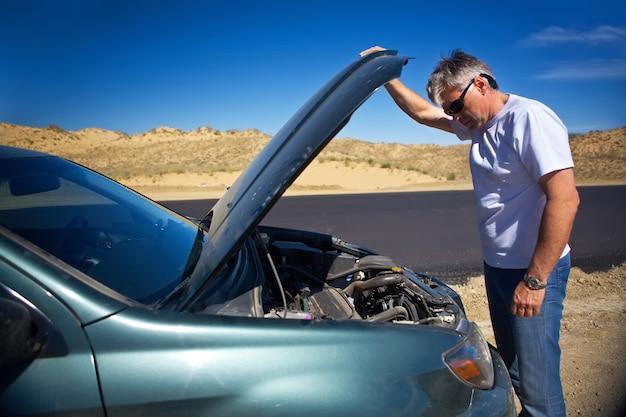 사막에서 자동차 고장