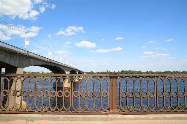 川を通る車の橋